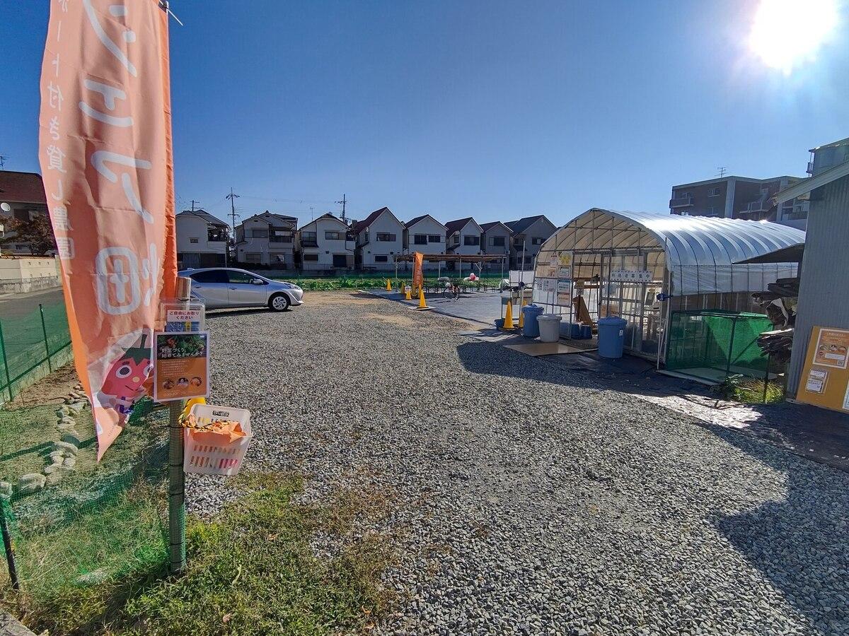 畑のすぐ近くに駐車場があります。