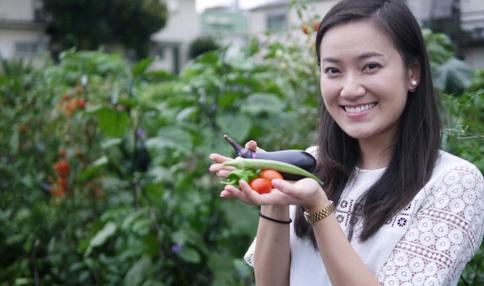 収穫したての野菜と一緒に